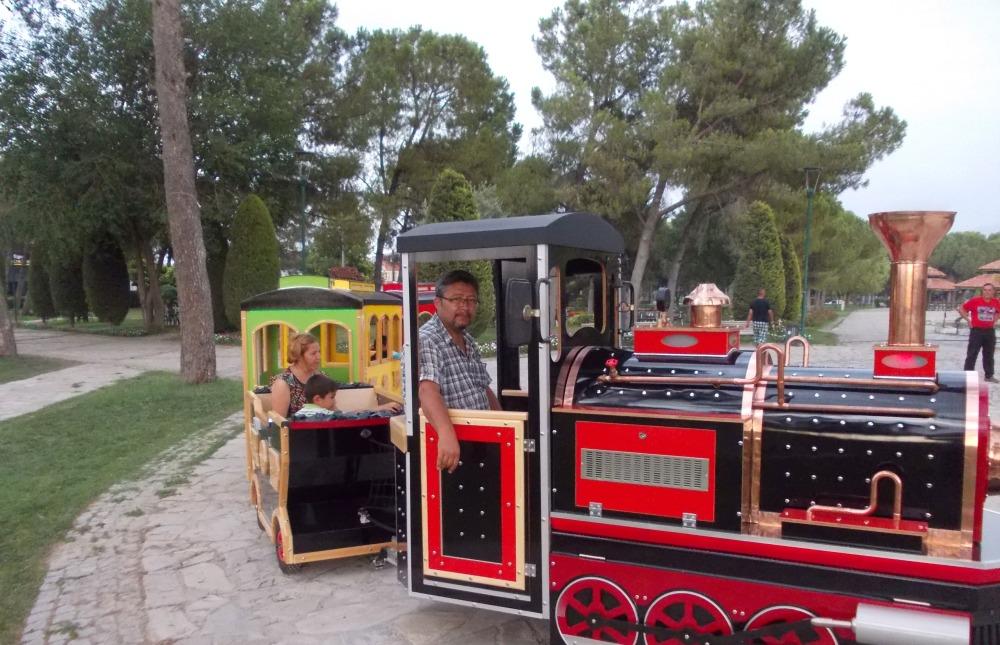 аттракцион паровозик, лондон бас, дизельный поезд, поезд на рельсах